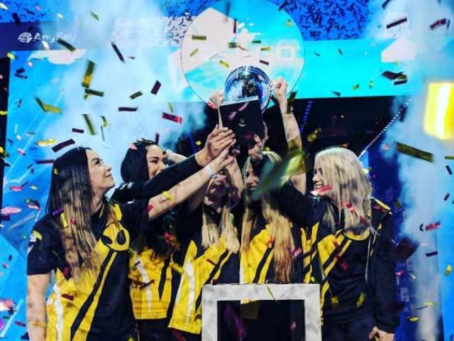 Dignitas lands Champion